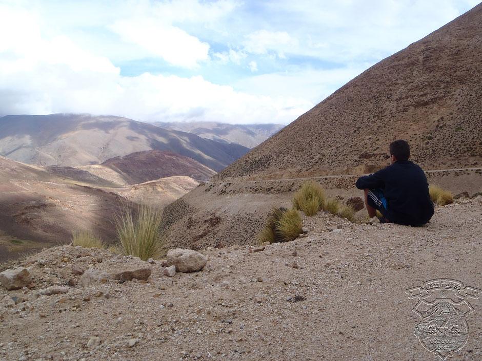 En un alto Lucas admira el paisaje mientras llega el resto del grupo.