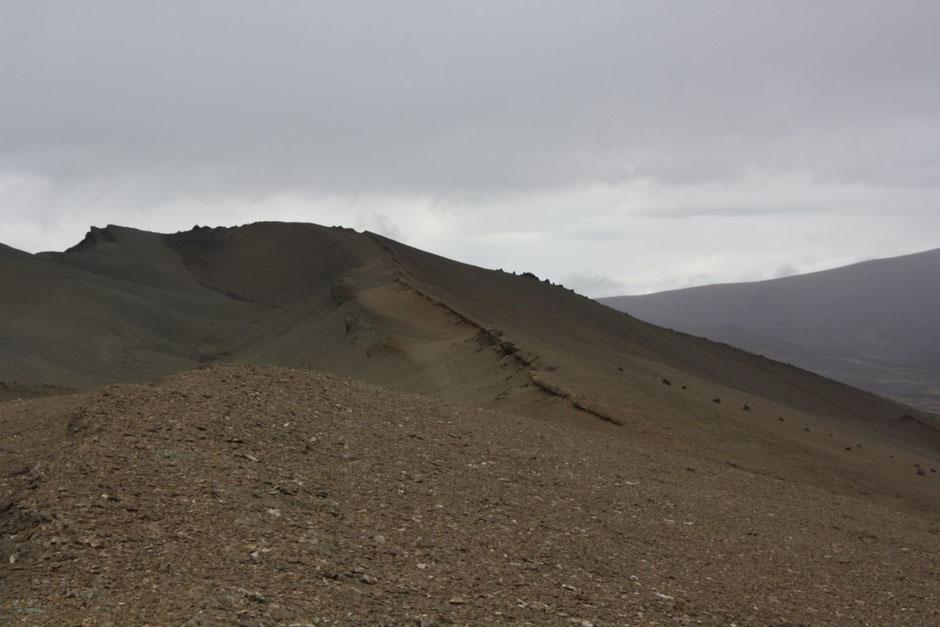 Una vez arriba, había que circular por esa calle que se ve en la foto para finalmente llegar hasta la cresta de lo más alto.