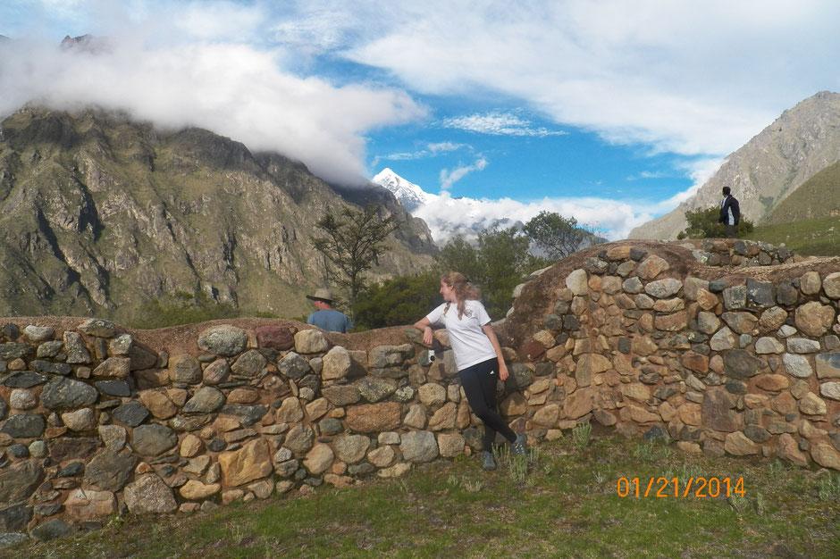 paredes inca conservadas en su estado original, se puede observar la altura de las mismas