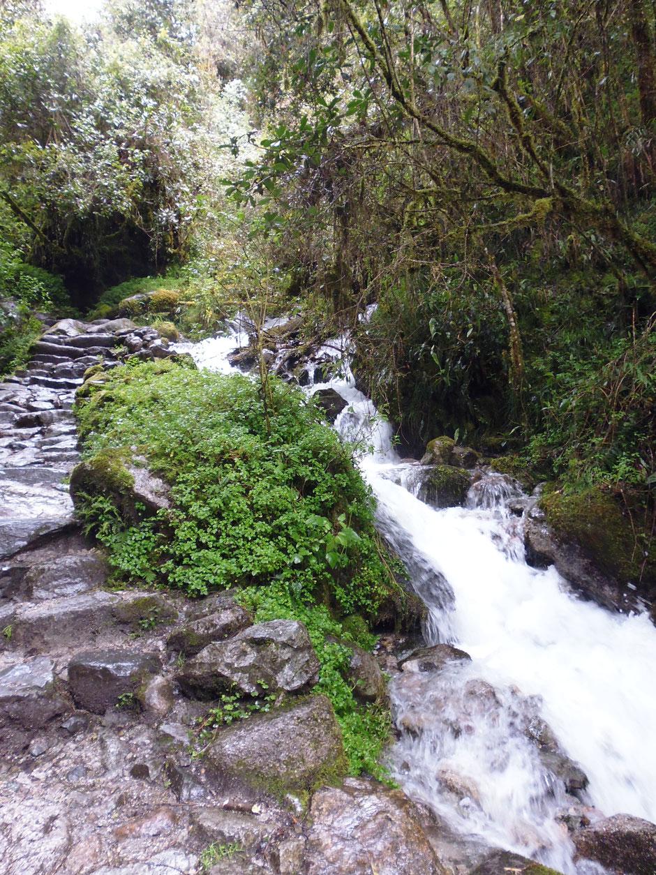el camino sube a la vera del río, los escalones son originales de la época inca.