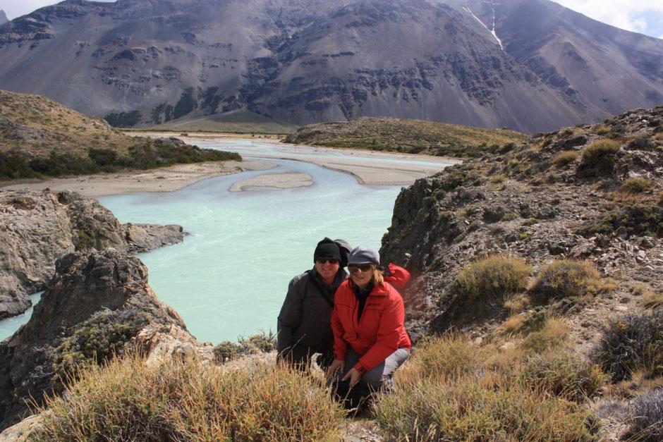 El río se encajona y desemboca en la Laguna Roble