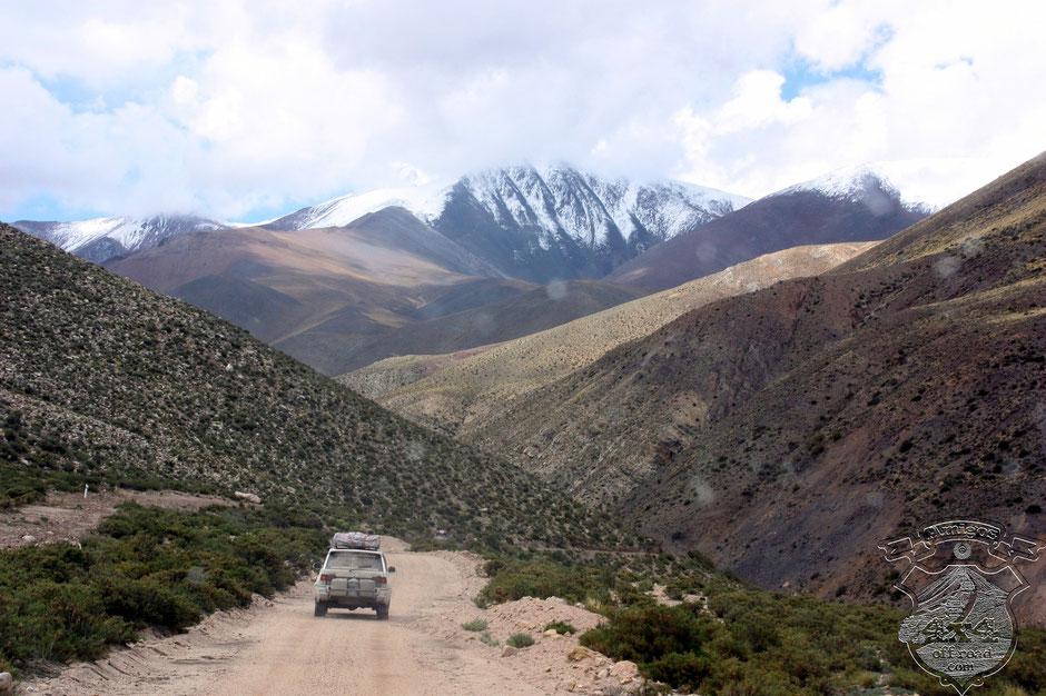 La ruta en buen estado en todo el trayecto.y el imponente Nevado de Acay.