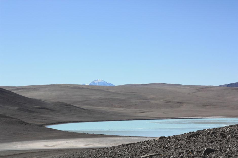 Laguna celeste y atras el imponente volcan Nacimientos
