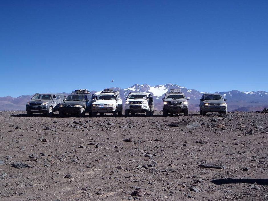 De fondo el majestuoso volcán Pissis con su Glaciar en el medio.