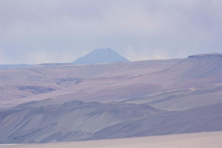 Hacia el sur vemos el Volcán Peinado (foto tomada con el zoom)