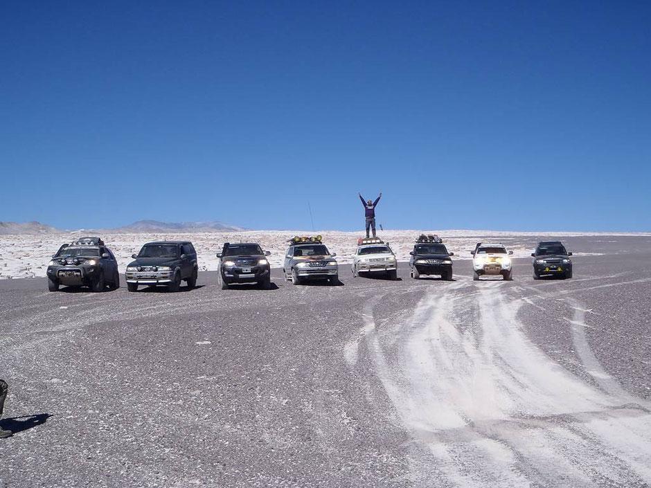 Las camionetas con el campo de piedra Pómez de fondo.