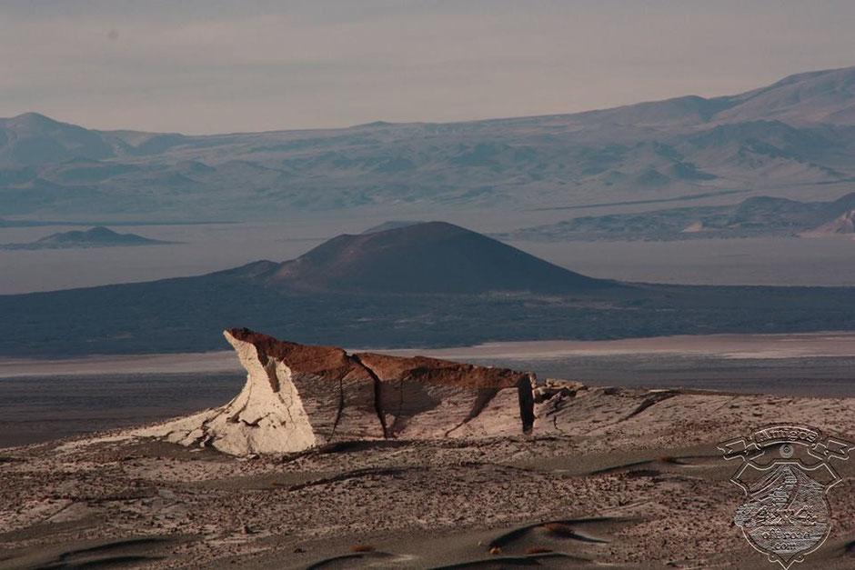 Con el volcán Carachi de fondo, y el atardecer que ya está con sus últimas luces, encaran al escorial.