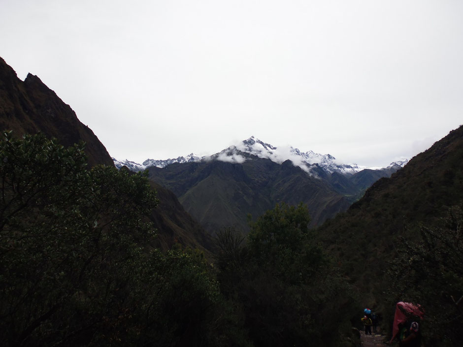 en el camino, el Nevado La Victoria acompaña siempre a nuestras espaldas