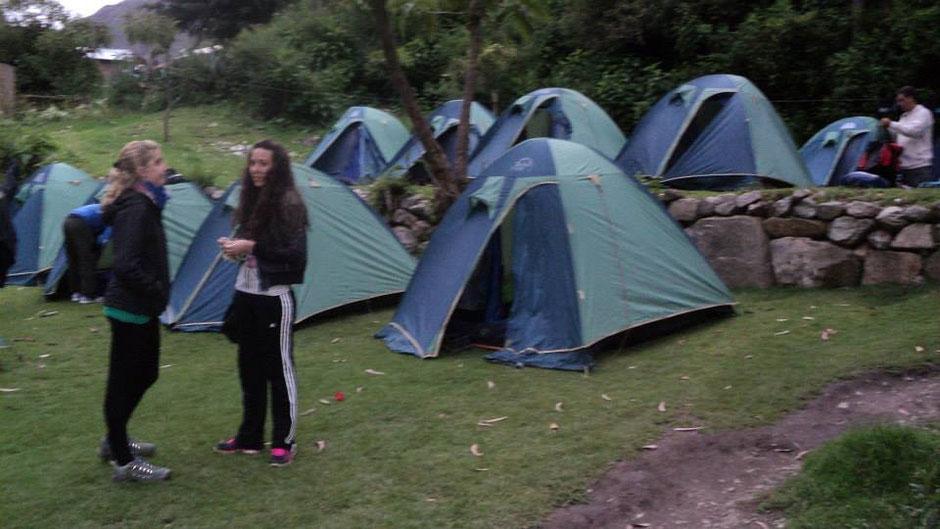 el primer campamento ubicado a 3100 msnm. Los porteadores llegan un tiempo antes y preparan las carpas y los comedores.