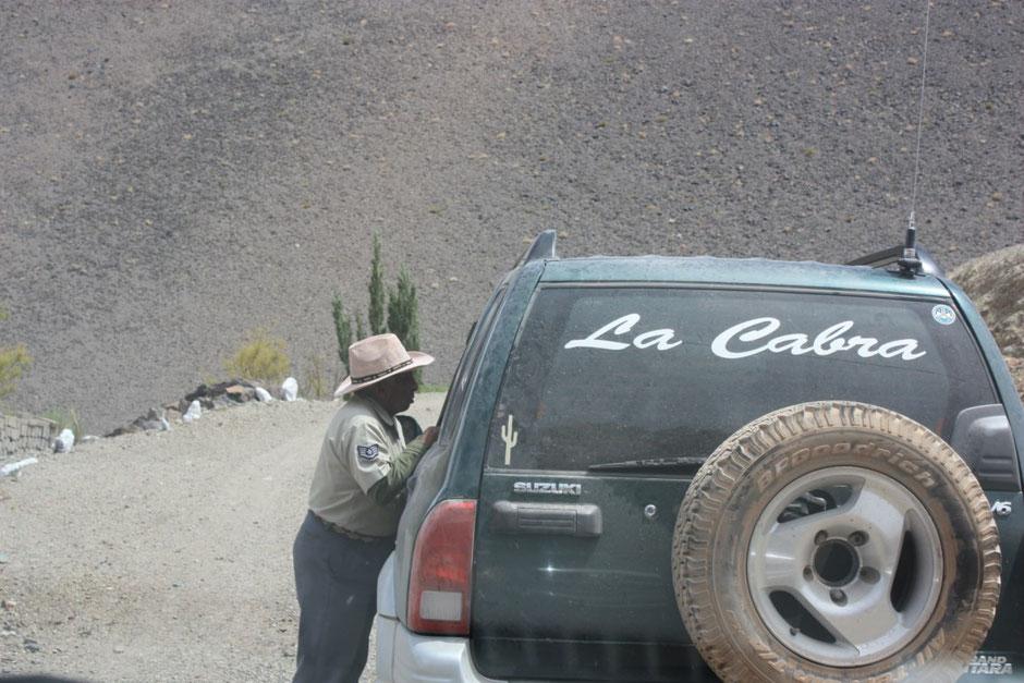 Gerardo consulta al único policía del pueblo