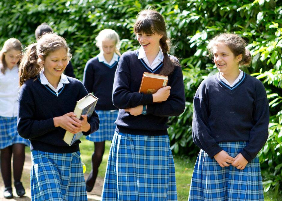 jeunes filles en uniforme dans un college anglais en scolarité à l'étranger
