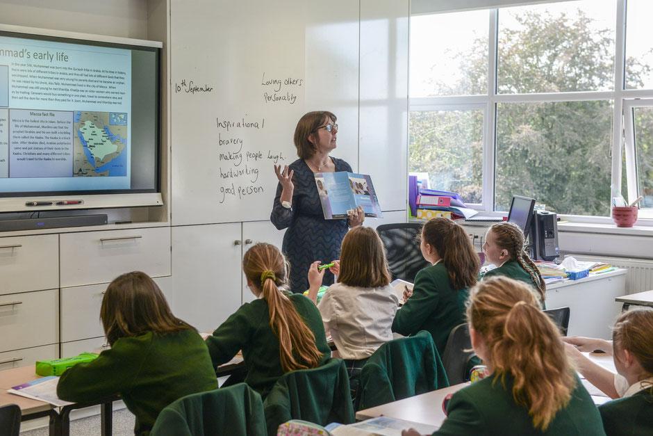 Professeur qui donne un cours dans un college anglais de filles en uniforme