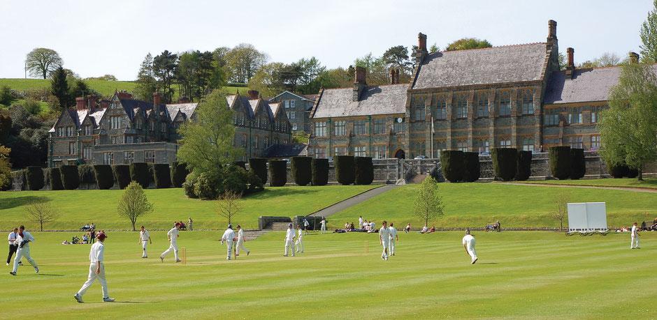 élèves qui jouent au cricket dans un college anglais