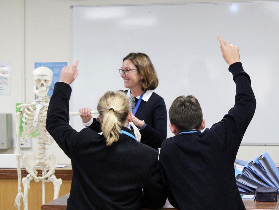 élèves anglais en uniforme lors d'un cours de science dans un college anglais