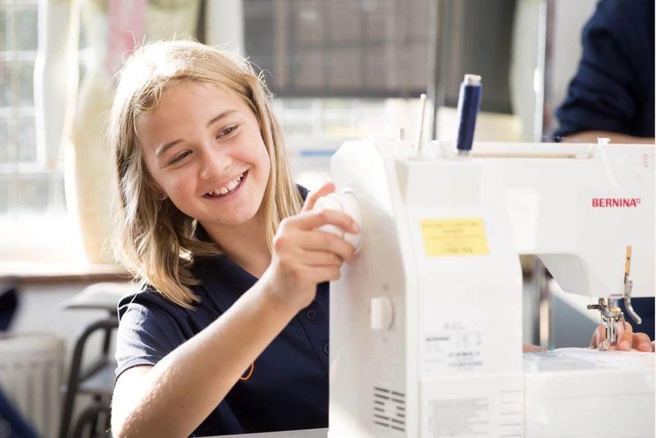 élève anglaise qui fait de la couture lors d'une activité extra-scolaire en college anglais