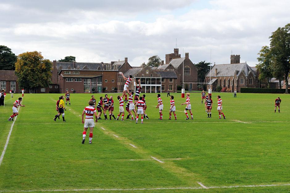 équipe de rugby en uniforme de sport dans un college anglais