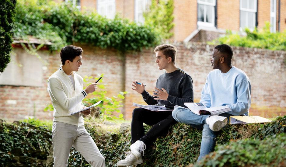 étudiants en cours de langue en séjour linguistique à l'étranger
