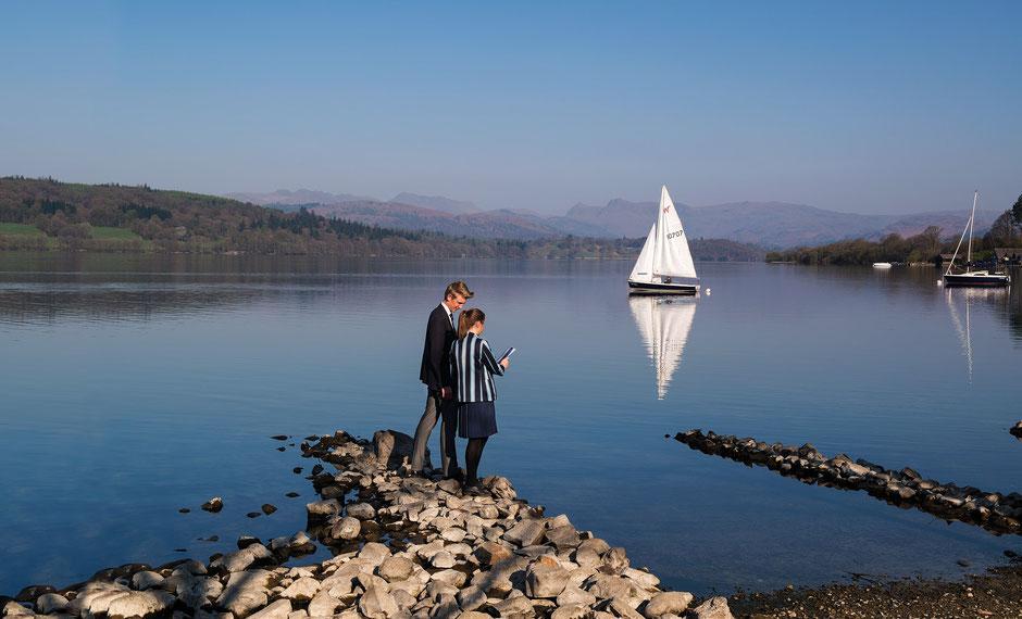 élèves dans college anglais devant un lac en Angleterre