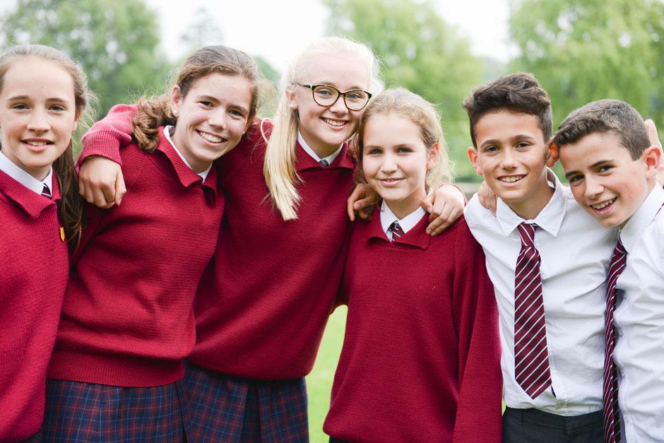 élèves internationaux en uniforme dans un collège anglais
