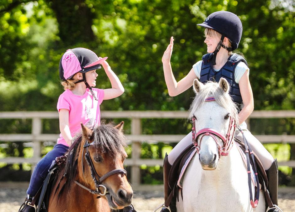 jeunes filles qui font de l'équitation lors d'un séjour linguistique à l'étranger