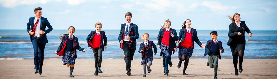 jeunes élèves anglais en uniforme, scolarité à l'étranger