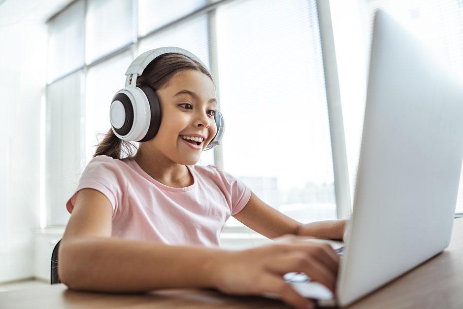 fille qui prend des cours de langue en ligne, cours à distance