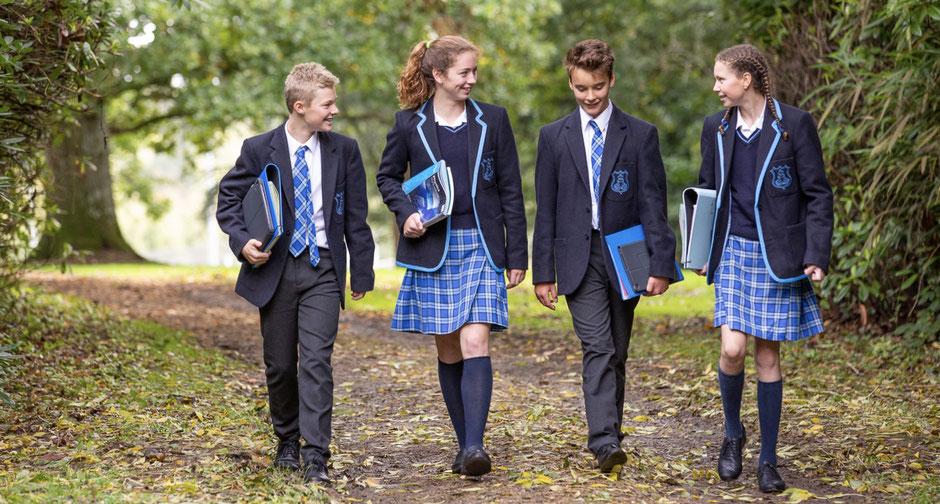 élèves en uniforme qui marchent dans la nature dans un college anglais