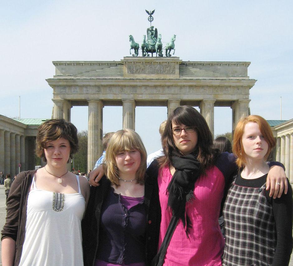 Auf dem Bild von links nach rechts zu sehen: Kristin Knieriem, Annika Keller und Helena Selders aus der Klasse 8 sowie Hanna van de Locht aus der Klasse 9. Sie belegten Platz 2 von über 800 deutschen Bildbeiträgen.