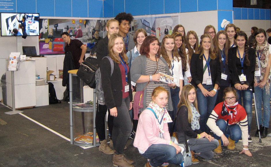 Die Mitglieder der Kunst-AG vor ihrem Stand