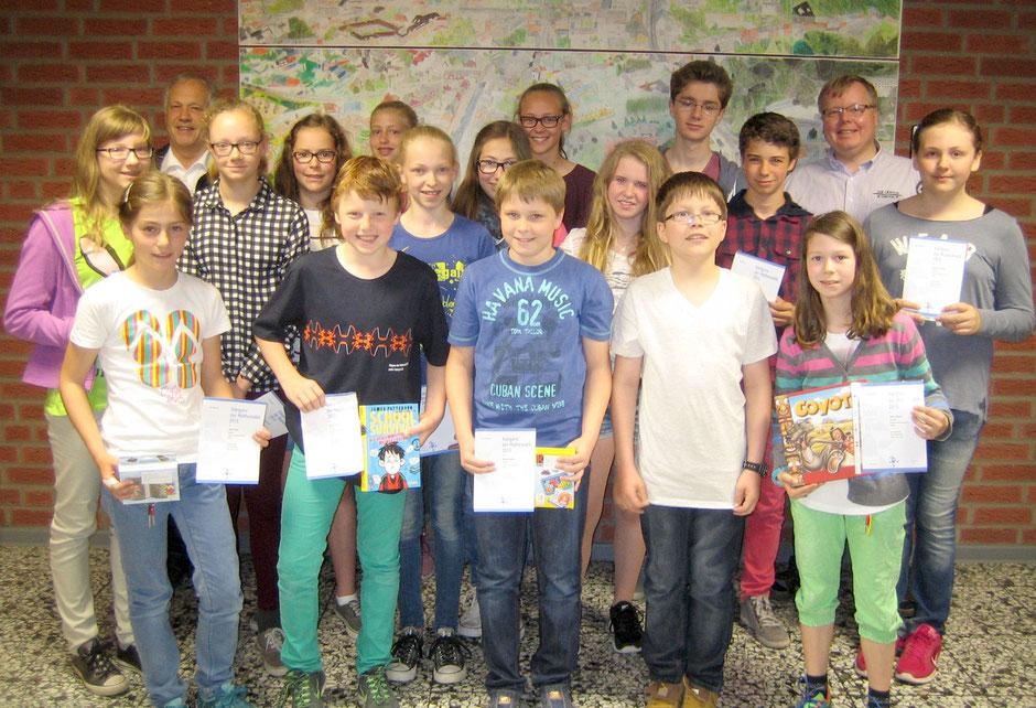 Die glücklichen Gewinner mit Schulleiter Karl Hagedorn (hinten links) und Organisator Markus Pleger (hinten rechts).