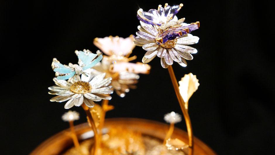 Hangefertigtes mit Juwelen besetztes Musikspiel. Spezialanfertigung auf Kundenwunsch von der Goldschmiede OBSESSION Zürich und Wetzikon.