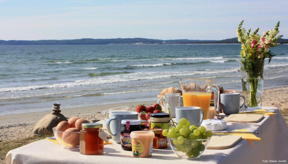 Frühstück - Genuss direkt am Strand der Ostsee auf Rügen in Mecklenburg Vorpommern.