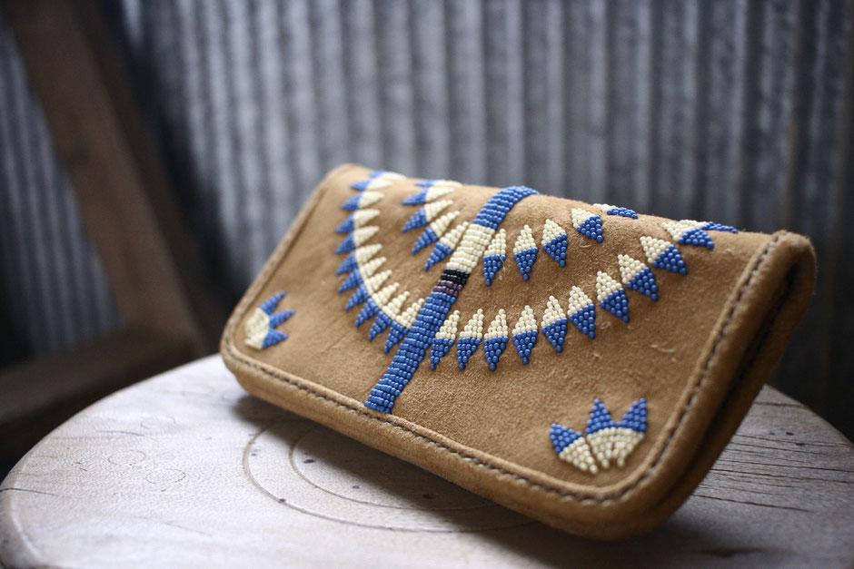 鹿革長財布に施されたビーズワーク。