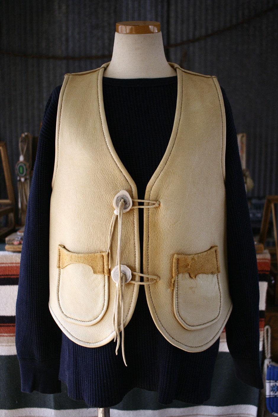鹿革ベストの画像。ミシンを使わず、手縫いで仕上げられた一着。