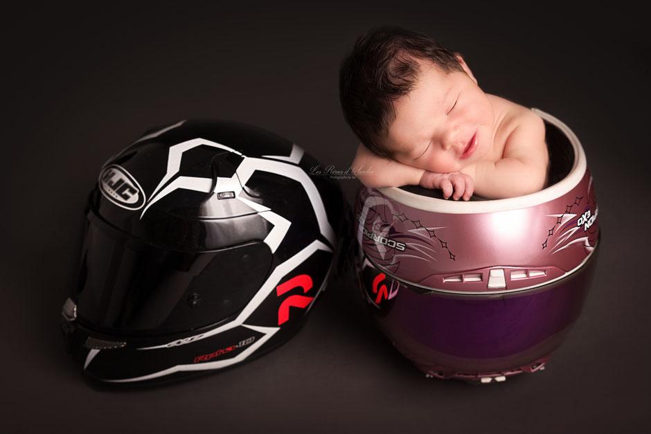 photo de bébé dans casque de moto photographe Golfe de St Tropez, Fréjus, Draguignan