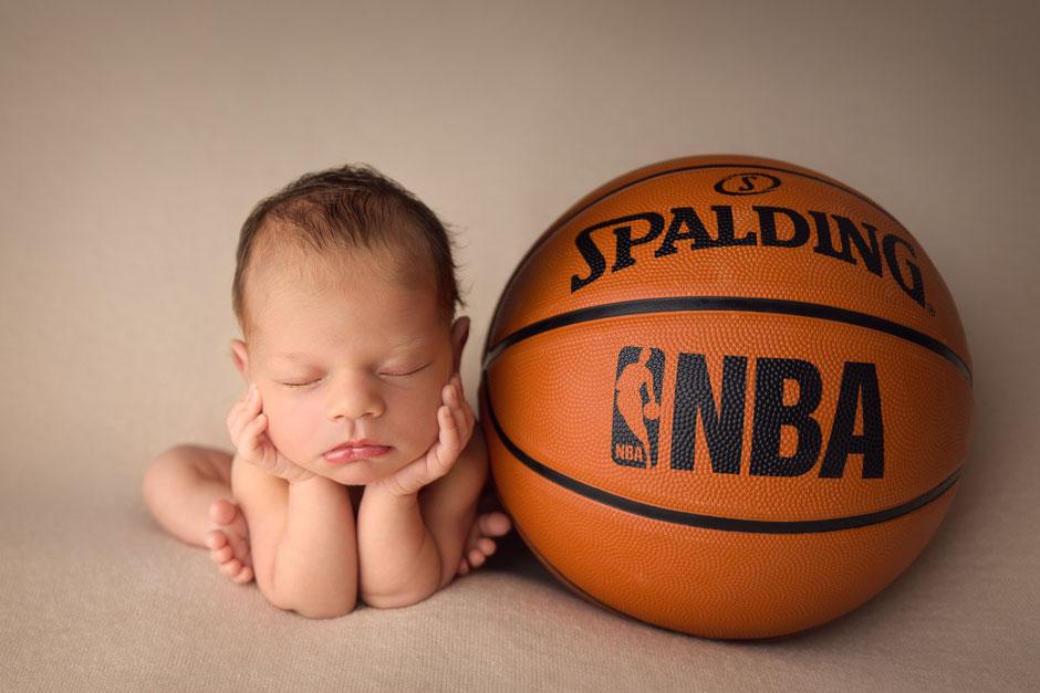 photographe bébé, nouveau-né dans le Var, à Toulon, Hyères, Cogolin, Sainte-Maxime, Fréjus, Cannes, Monaco, fan de basket NBA
