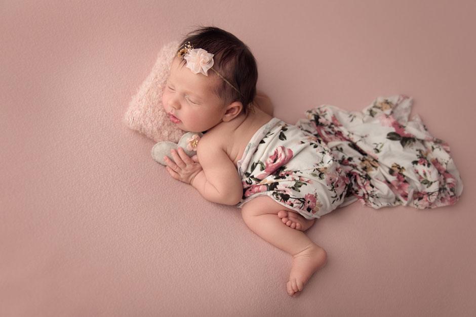 photo naissance bébé fille Photographe nouveau-né Fréjus Cannes Draguignan Golfe de St Tropez