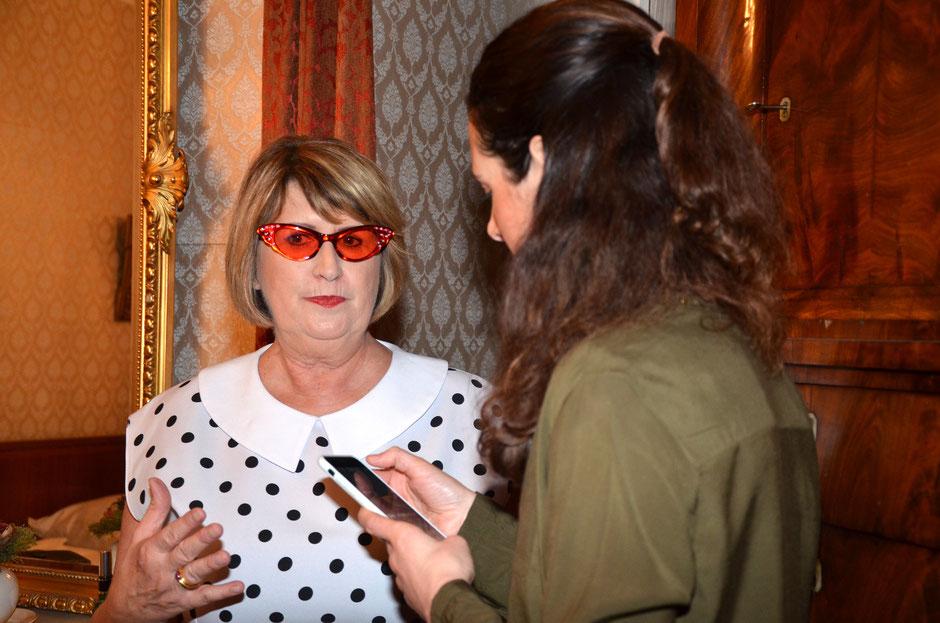 Links: Autorin Jule Heck mit Bad-Nauheim-Bloggerin Tia Rentsch anlässlich der Lesung auf Elvis Bettkante im Elvis-Zimmer 10 am  09.03.2018, Foto: Petra Ihm-Fahle