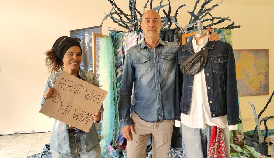 REPAIR WHAT YOU WEAR: Tam Herring, JEANS HEALER und Maßschneiderin mit Jeansliebhaber bei DENIM FOR LIFE vor der Kunstinstallation von Patrizia Zewe. Foto: Beatrix van Ooyen