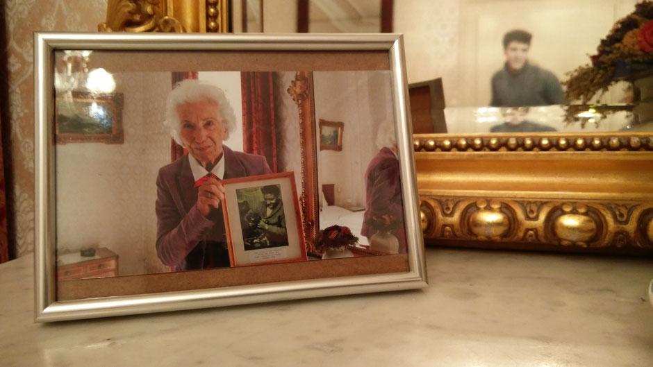 Rita Issberner-Haldane im Elvis-Zimmer 10 mit einem Foto von Elvis, das Optiker Boelke-Seniorchefin Christel Flor 1958 von Elvis schoss; Foto: Beatrix van Ooyen