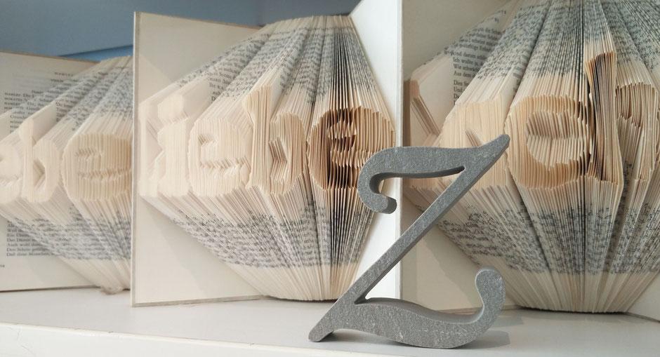 Virtuelle Ernst-Ludwig-Buchmesse Buchkunst 'Lebe, Liebe, Lache' und Sandsteinbuchstabe 'z'