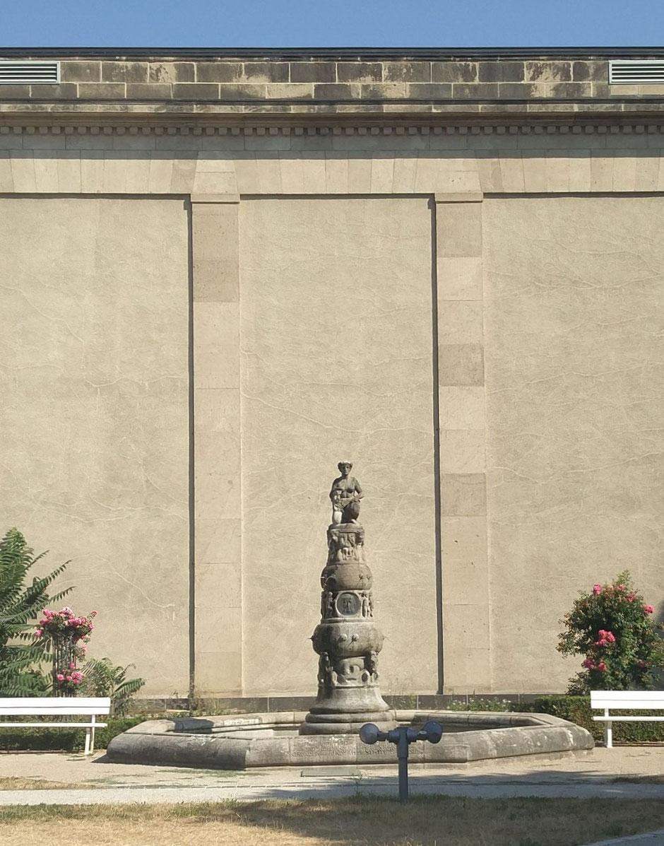 Beneke-Brunnen von Heinrich Jobst vor der seitlichen Fassade des Max-Planck- und W.G. Kerckhoff-Institutsgebäudes
