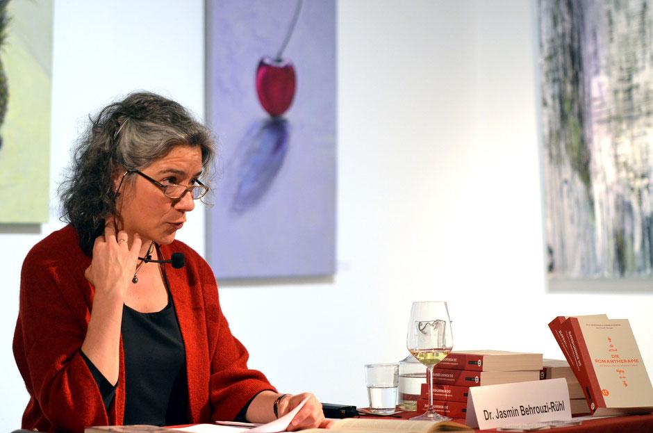 Lesekur - Die Romantheraphie, Dr. Jasmin Behrouzi-Rühl in der Kunstgalerie des Kunstvereins in der Trinkkuranlage, Foto: Petra Ihm-Fahle am 23.03.2019