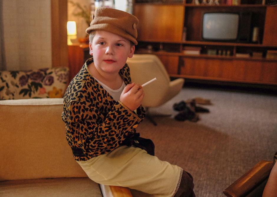 DER JUNGE MUSS AN DIE FRISCHE LUFT - Julius Weckauf als der junge Hape Kerkeling, Foto: Warner Bros. Pictures