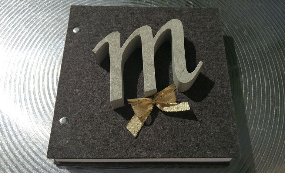 Virtuelle Ernst-Ludwig-Buchmesse - Geschenk-Idee: Notizbuch von HEY-SIGN plus einem Sandsteinbuchstaben von a+