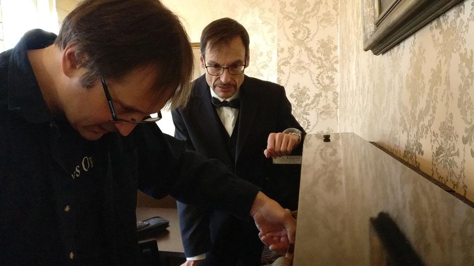 Elvis' Klavier im Hotel Villa Grunewald ist zum Stimmen aufgeklappt, Pianist Wolfgang Michael Weiß und Holger Becker, Chef vom Musikhaus Ortel aus Friedberg, schauen hinein, Foto: Beatrix van Ooyen