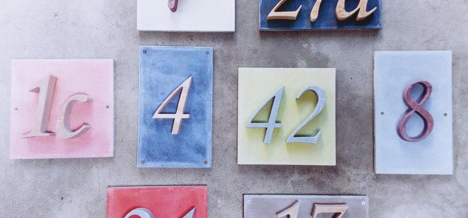 Virtuelle Ernst-Ludwig-Buchmesse: Sandsteinhausnummern auf traditionell gefertigten Grundplatten