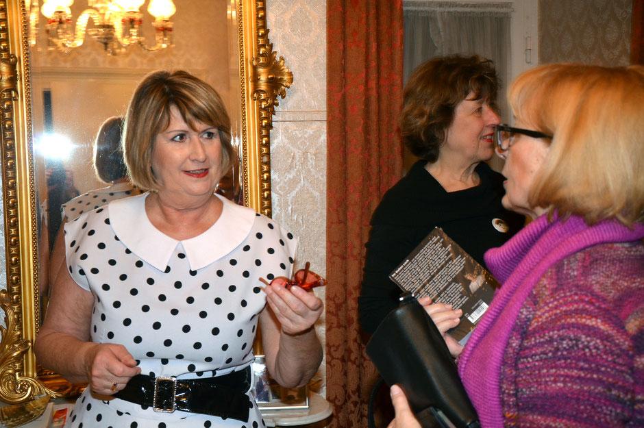 Im Elvis Zimmer 10: Autorin Jule Heck im angeregten Gespräch mit den Gästen nach der Lesung; Foto: Petra Ihm-Fahle