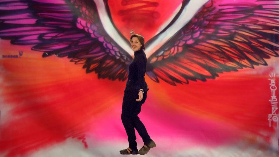 Mit den Flügeln von Helge W. Steinmann, die ursprünglich auf der Ernst-Ludwig-Buchmesse 2020 aufgestellt werden sollten, ist Bildhauerin Bianca Thater aus Frankfurt zu sehen. Beide sind Aussteller der Buchmesse