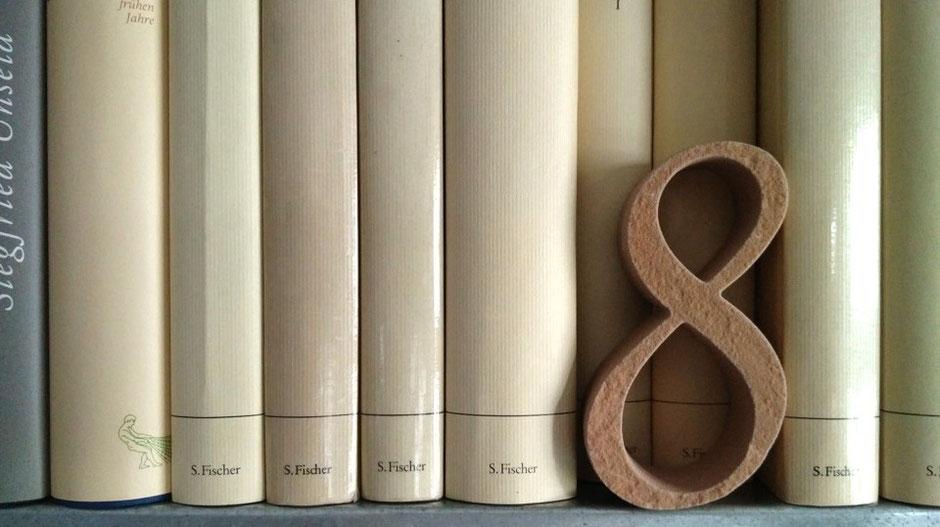 """Virtuelle Ernst-Ludwig-Buchmesse: Sandstein-Buchstaben und Zahlen - hier eine """"8"""""""